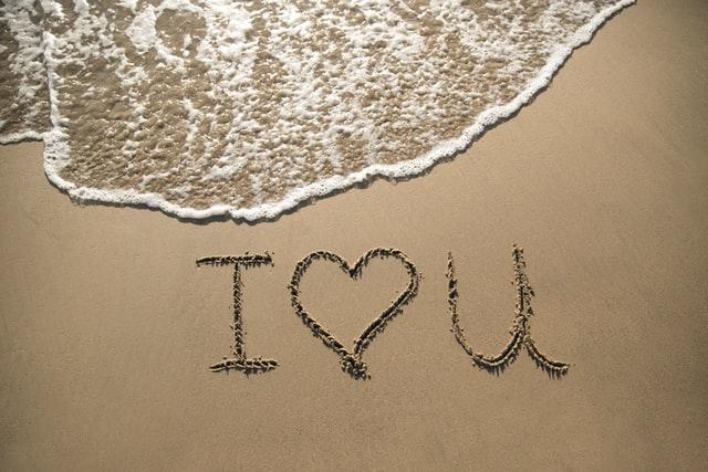 Am Strand hat jemand I love You in den Sand geschrieben