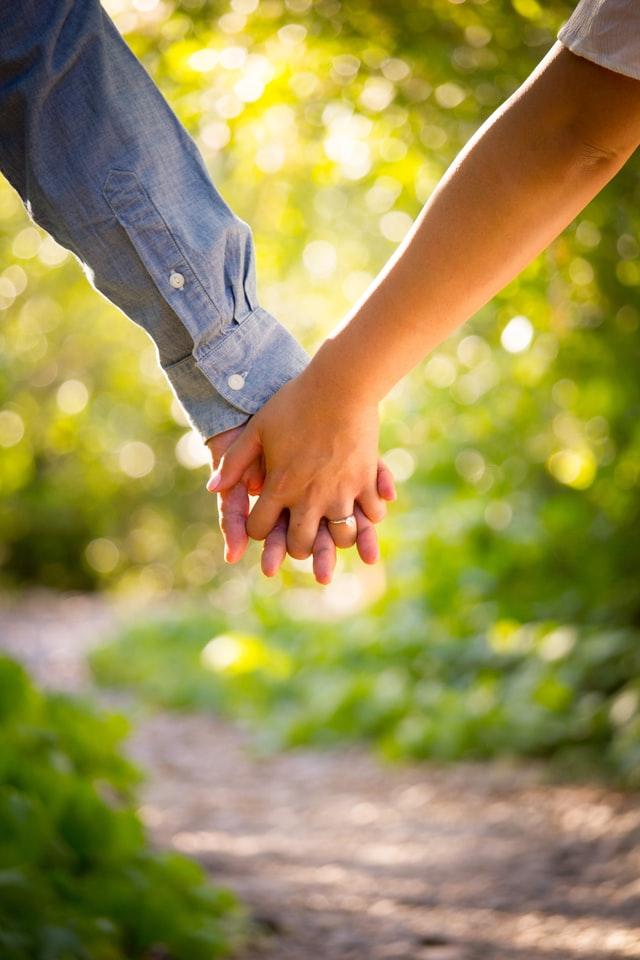 Ein Paar hält sich an den Händen