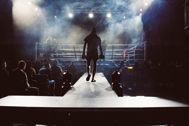 Boxer auf dem Weg zum Boxring. Zuschauer sind in Erwartung.