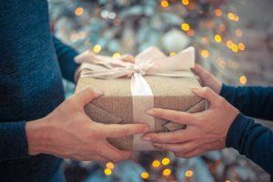 Mann und Frau geben sich ein Geschenk